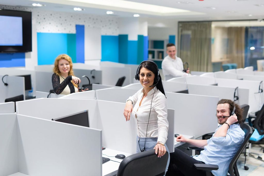 Mehrere Mitarbeiter/innen in einem Callcenter