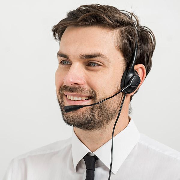 Callcenter-Agent mit On-Ear-Headset auf dem Kopf